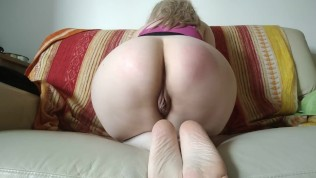 शरारती औरत आपको अपनी गांड और चूत दिखाती है