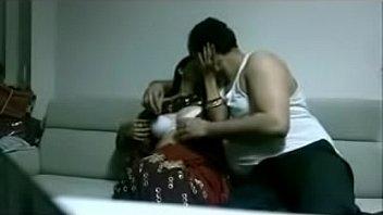 साड़ी कमबख्त अजनबी में भारतीय देसी पत्नी