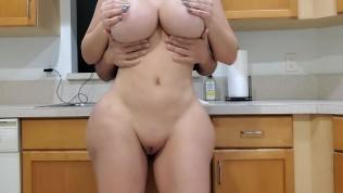 बिग गधा सौतेली माँ रसोई में उसके सौतेले बेटे को बकवास