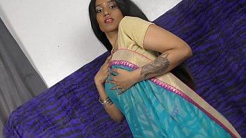 शर्मीली भारतीय लड़की फैल रही पैर और कैमरे पर उसके BF के लिए शरारती हो रही है