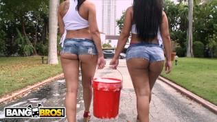 बड़ी गांड वाली लड़कियाँ कार धोने के बाद जमकर चुदाई करती हैं